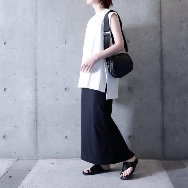 ユニクロのエアリズムコットンオーバーサイズTを着た女性