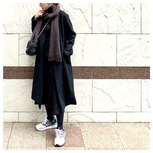 黒のひざ丈ロングコートと黒タイトスカートのコーデ