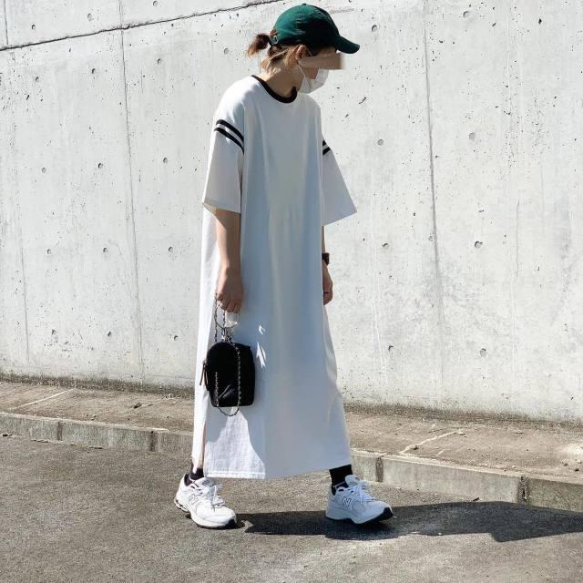 白ビッグTシャツワンピにグリーンキャっぷ女子