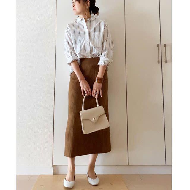 ストライプシャツとブラウンのタイトスカートのコーデ