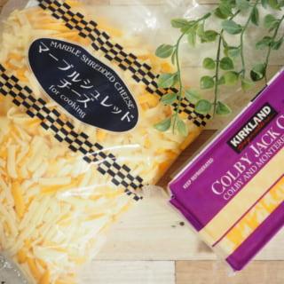 コストコのチーズ2種類と観葉植物を一緒に撮影している